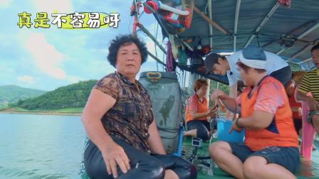 看我的生活:后海姐妹花太重了,陈学冬半天才把她拉上船!