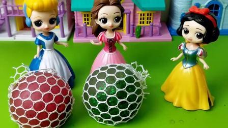 白雪好不容易做出来的发泄球,贝尔怎么能给打碎呢!