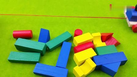早教益智:丢在一地的小积木方块,玩具小火车来运载积木了
