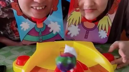 欢乐童年:父女俩比赛赢棒棒糖咯