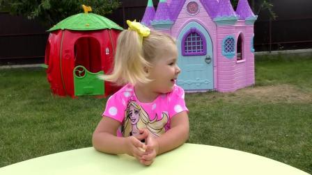 萌娃小可爱和妈妈一起玩玩具,小可爱找到一座藏有宝藏的城堡