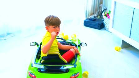 儿童亲子互动,小男孩在玩五颜六色的杯子,快来看看吧