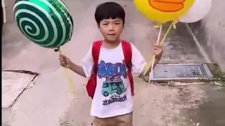 欢乐童年:土豪弟弟放学买了三个气球