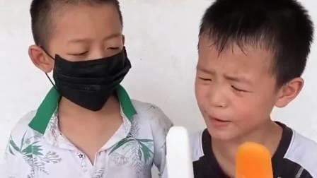 欢乐童年:戴口罩吃棒棒糖