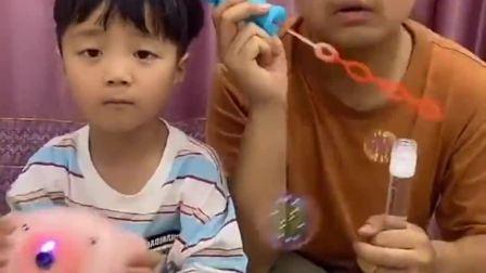 欢乐童年:哥哥弟弟一起倒垃圾吧