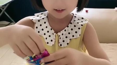欢乐童年:宝宝开始吃跳跳糖了