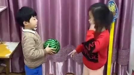 趣味生活:爸爸和萌娃要玩投篮游戏