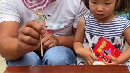 趣味童年:他们有好多零食呀!