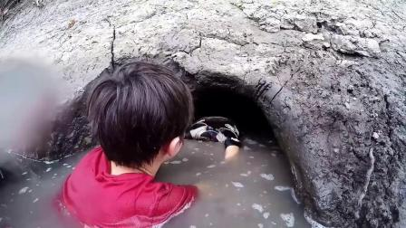 坑娃系列!父子在河边发现一个大洞,却拉着儿子的手往里伸