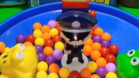小青蛙看到了警察,警察把它们抓了,说它们拿走了别人的小馒头
