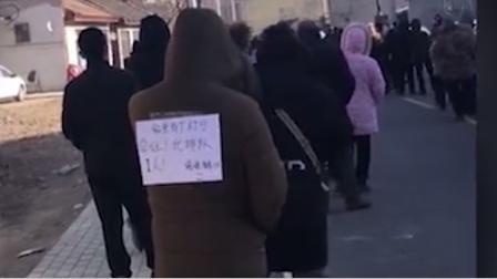 河北市民排队做核酸检测 男子背上贴的字条意外走红#酷知#