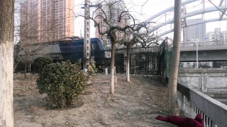 HXD3C0489回送京温大破车车底通过新开路地道。