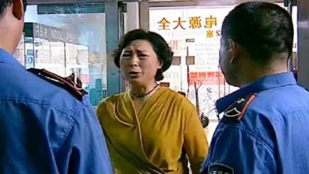 大妈在街上被抢劫了,小伙挺身而出,没成想是市长的夫人啊