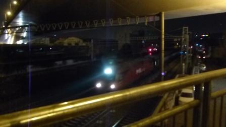 郑州解放桥:HXD3D+25T进站