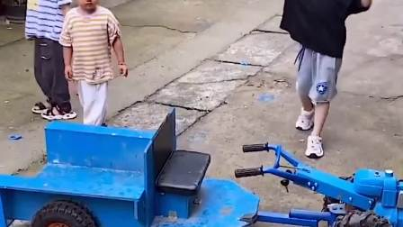欢乐童年:爸爸带着萌娃开着小车出去玩咯