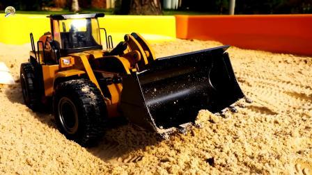仿真液压挖掘机给自卸车装沙土,儿童仿真工程车玩具