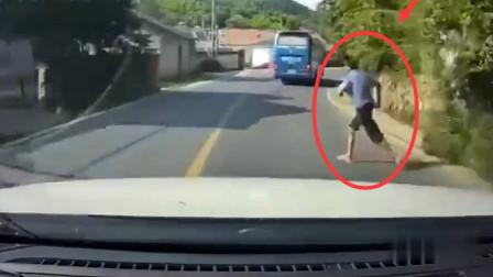 无妄之灾,真没想到他突然跑起来!车祸瞬间被拍下