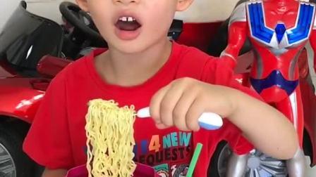 趣味童年:哼,你把吸管剪了,怎么喝奶