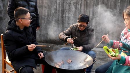 九九用大铁锅来烤肉,儿子腌料,邻居闻香而来连大哥也开荤了吃得香