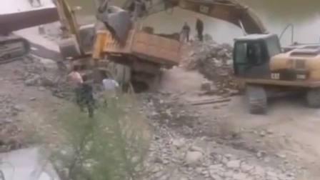 工地上的货车,这是跟挖机接下梁子,不然也不能这样!