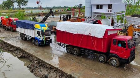 工程卡车们在泥泞路面比赛
