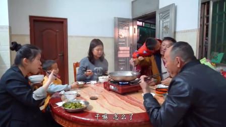厨神阿壮今天给家人们做道鸡汤海鲜火锅,一家人吃得津津有味
