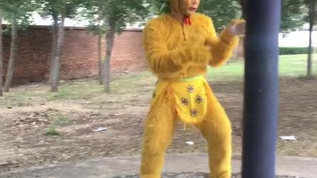 猴子不爬树?居然爬铁杆子……