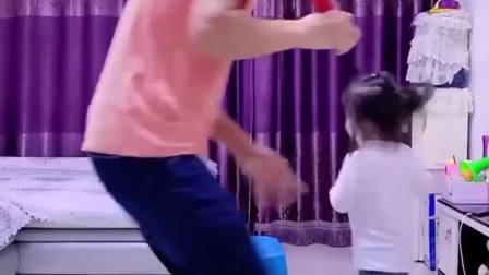 亲子游戏:爸爸打针扎错啦