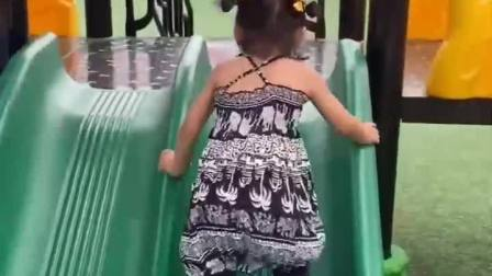 趣味童年:妹妹怎么倒着玩滑滑梯!