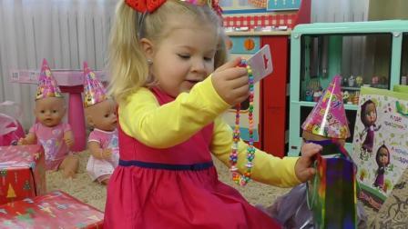 萌娃小可爱竟然在对着镜子臭美,小可爱:我是最美的