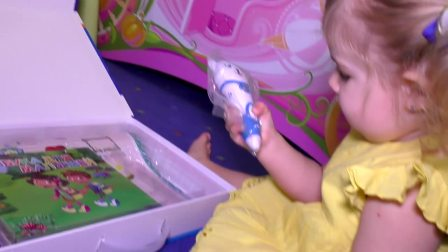 萌娃小可爱手里拿的是什么玩具呀,是魔法棒吗