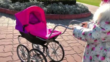 萌娃小可爱推着自己的婴儿车出门,车里还有小可爱的小宝宝