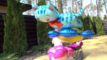 萌娃小可爱用婴儿车推着小宝宝们去散步,小可爱现在一共有三个气球了