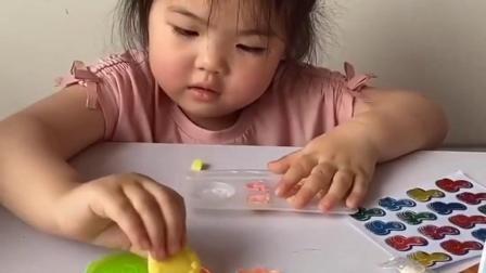 亲子互动:爸爸带宝贝玩食玩