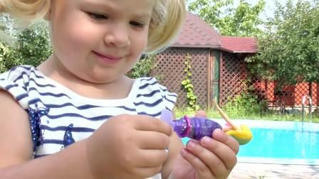 萌宝游戏,小萌宝给自己的美人鱼组装了一个小鱼缸,真有趣啊