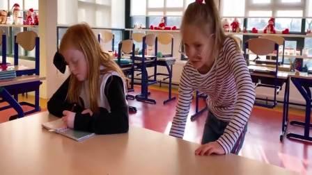 国外少儿时尚:小女孩和姐姐一起玩什么呢,来看看吧