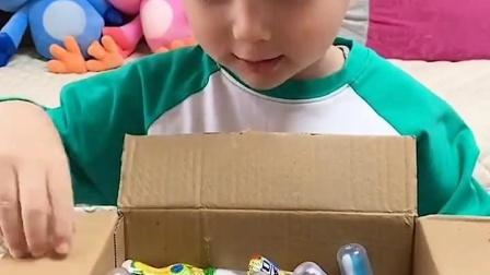 亲子互动:这快递里全是糖果啊?