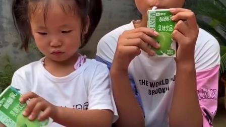 亲子回忆:一人一瓶奶
