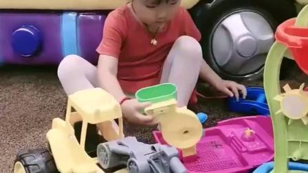 亲子回忆:宝贝把沙子装进小车车里