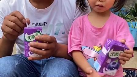 亲子回忆:爸爸和宝贝一起喝奶