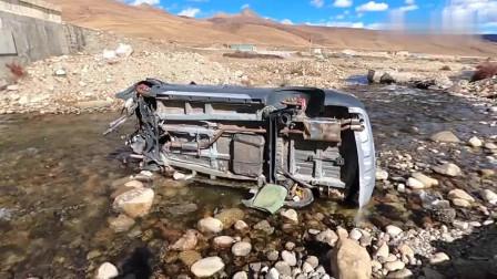 川藏线4000米海拔处,一辆越野车掉入河里,车身零件都在却被遗弃。