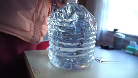 这桶水不老实,在零下十几度房车里没冻上,抽一巴掌就老实了。