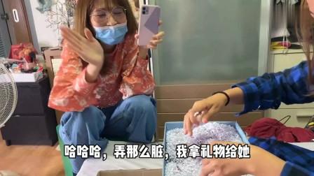 老外:泰国老婆的闺蜜来家里送礼物,中文说得不错,27岁还没对象