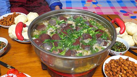 东北热炕头吃酸菜火锅炖血肠,俩大妈蒸一锅包子,9人吃的可香了
