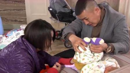 小夫妻准备给婴儿换尿布,结果打开尿布一看,这一幕瞬间乐坏了!