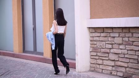 有气质的美女,白色吊带搭配黑色长裤,脚下的高跟鞋更显身材