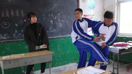 老师让学生用动物唱首歌,前3个还好,第4个学生连唱带跳太有趣了