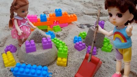 玩具故事:小芭比和朋友在沙滩用铲子把小汽车从沙坑里面挖出来