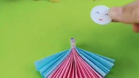 白雪给小雪儿折小娃娃,妈妈的手艺真棒,你学会怎么折娃娃了吗?