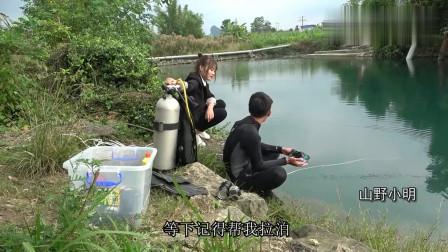 农村小明:大铁笼被卡在深潭15米处,小明壮胆潜下打捞,提起来那一刻兴奋了